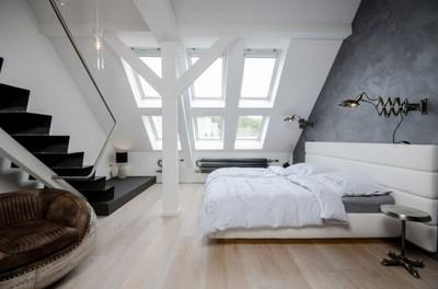 斜め天井と天窓のあるベッドルーム.jpg