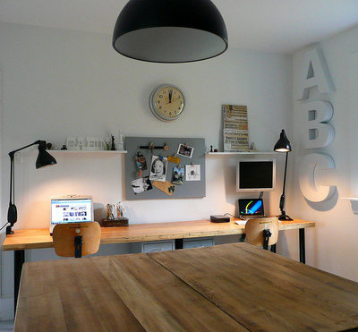 横長のデスクと作業テーブルのあるホームオフィス1.jpg