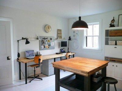 横長のデスクと作業テーブルのあるホームオフィス2.jpg