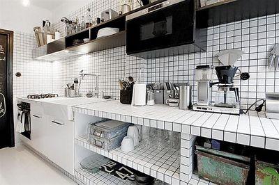 白と黒のタイル貼りのキッチン1.jpg