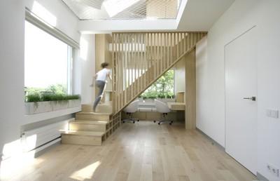 階段で区切られたワークスペース.jpg