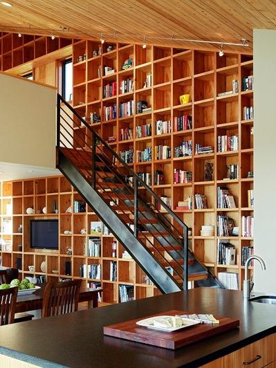 2階の天井まで続く巨大な作り付けの本棚.jpg