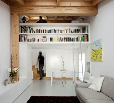 40平方mの狭小住宅のリビングの本棚.jpg