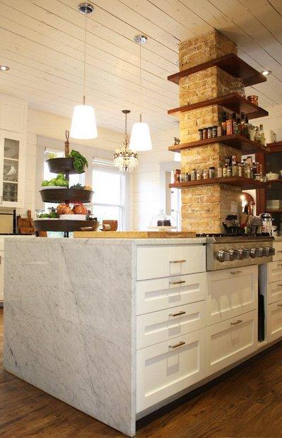 キッチンの柱の周囲に作り付けられた棚1.jpg