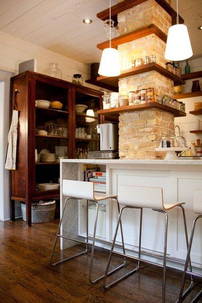 キッチンの柱の周囲に作り付けられた棚2.jpg