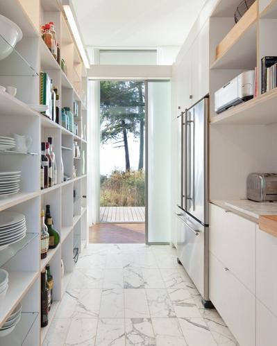 大きな収納棚のある細長いキッチン.jpg