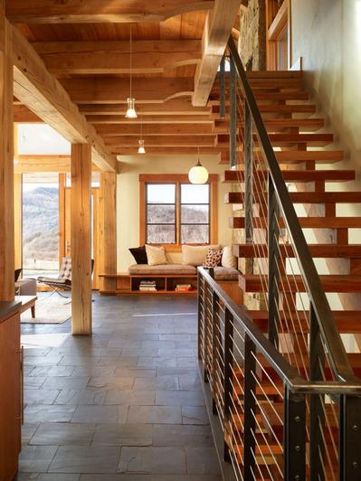 階段の上の小さなリビング読書コーナー.jpg