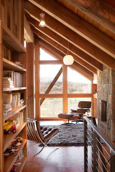階段の上の小さなリビング読書コーナー2.jpg