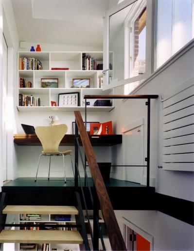 階段上の1畳のワークスペース.jpg