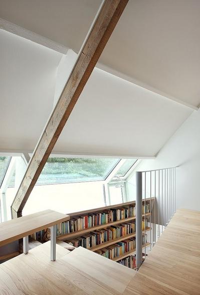 階段脇の作り付けの本棚1.jpg