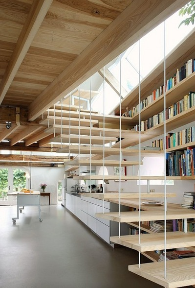 階段脇の作り付けの本棚2.jpg