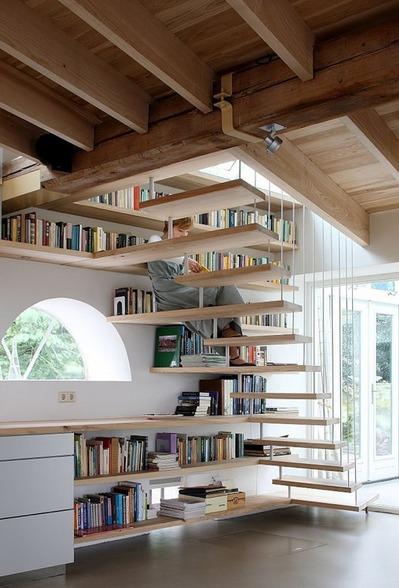 階段脇の作り付けの本棚3.jpg