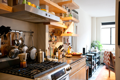 キッチンに作り付けられた良い感じの木の棚1.jpg