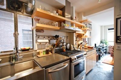 キッチンに作り付けられた良い感じの木の棚2.jpg