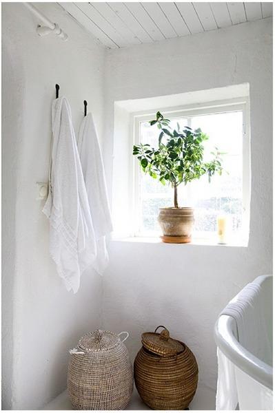 出窓のあるバスルーム.jpg
