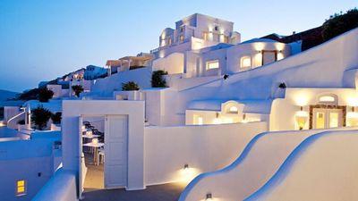 夕暮れに浮かぶギリシャの白い壁と照明.jpg