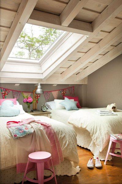 大きな天窓のあるロフトの2人用子供部屋.jpg
