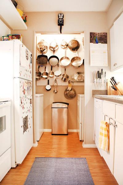 キッチン奥のパントリーと有孔ボードの鍋掛け収納.jpg