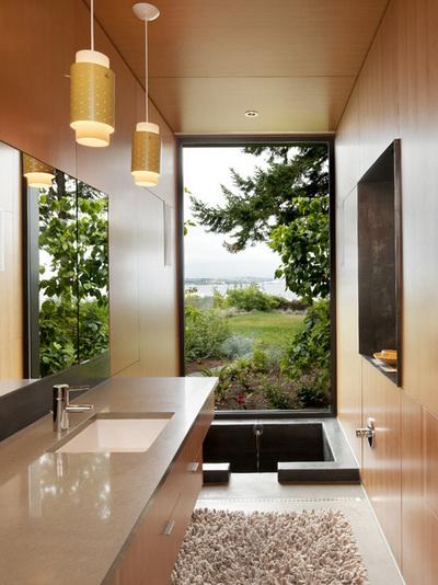 コンパクトなバスルームと床に埋められたバスタブ.jpg