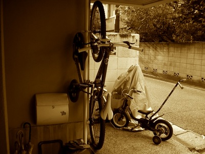 IKEAのStolmenでDIYした自転車ラックに自転車を搭載1.jpg