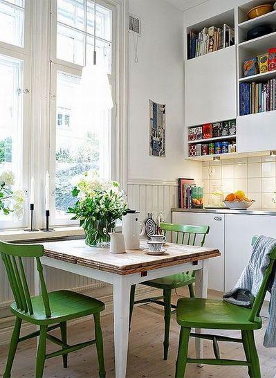 ダイニング・キッチンの鮮やかなグリーンのダイニングチェア.jpg