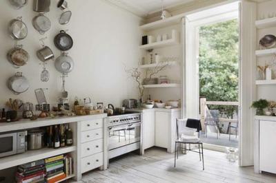テラスと沢山の作り付け棚のあるキッチン2.jpg
