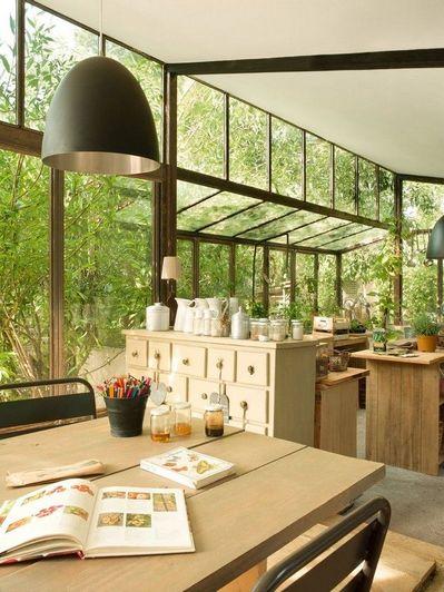 壁面一面がガラス張りの開放的なダイニング・キッチン.jpg