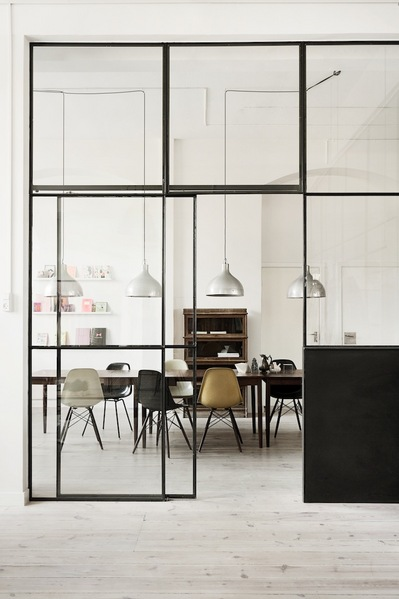 室内を隔てるガラスの引き戸.jpg