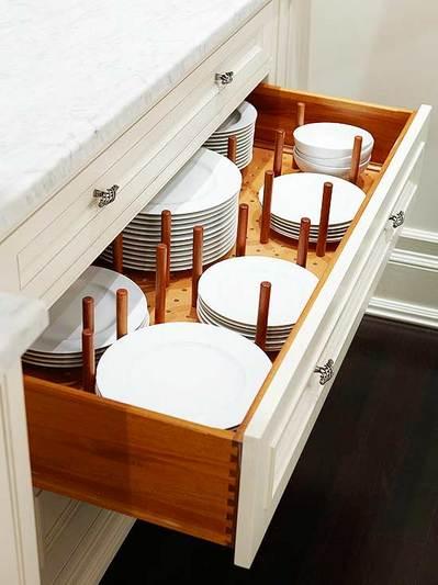 有孔ボードで仕切られたキッチンの引き出しの中のお皿.jpg