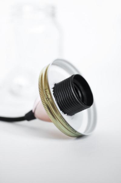 ガラスジャーのフタに電球のソケットを通したところ.jpg