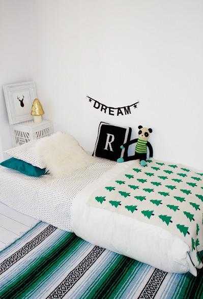 シンプルな子供用のマットレスベッドとグリーンのファブリック.jpg