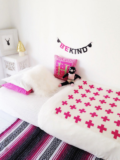 シンプルな子供用のマットレスベッドとピンクのファブリック.jpg
