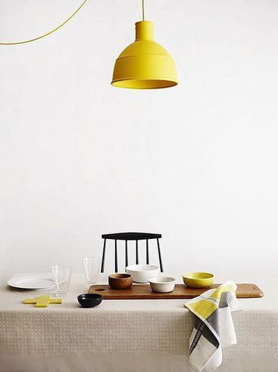 ダイニングテーブルの上の黄色いランプシェード.jpg