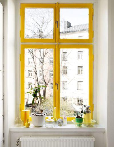出窓の黄色い窓枠.jpg