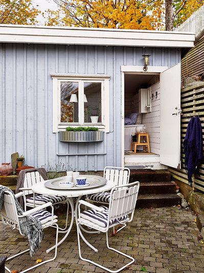 屋外家具のテーブルとチェアのあるタイル貼りのテラス.jpg