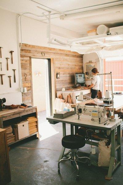 暖かみのある革製品工房のワークスペース.jpg