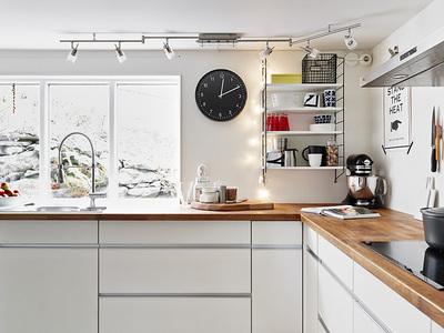 木のカウンタートップのキッチン.jpg