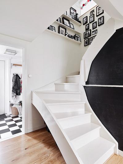 踊り場の壁に写真立て用の棚のある階段1.jpg