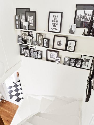 踊り場の壁に写真立て用の棚のある階段2.jpg