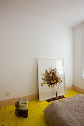 黄色いペンキ塗りのフローリング.jpg