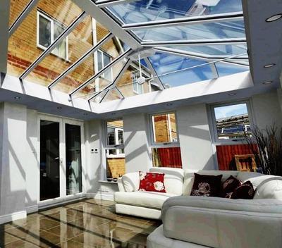 ガラストップ天窓のサンルームのリビング.jpg
