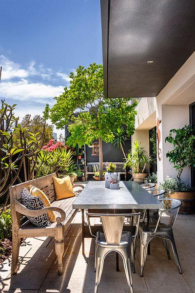 ブリキと木製家具の混在するテラスの屋外リビング.jpg