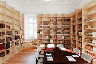 壁面一杯の巨大作り付け本棚に囲まれた書斎.jpg