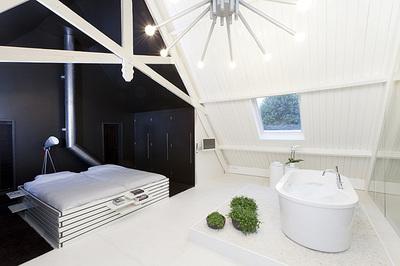教会をリノベーションしたロフトの寝室とお風呂.jpg
