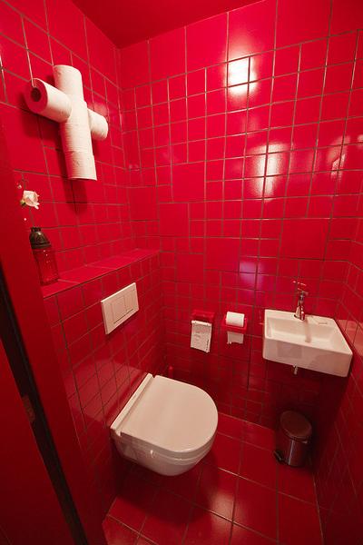 教会をリノベーションしたロフトの赤いトイレ.jpg