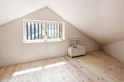 斜め天井のロフトの屋根裏部屋.jpg