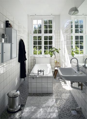 縦長のバスルームと窓を向いたバスタブ.jpg