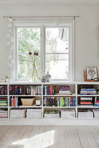 腰高の窓際の本棚.jpg
