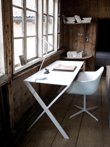褪色した板張りのインテリアとオフホワイトのモダン家具のコントラスト.jpg