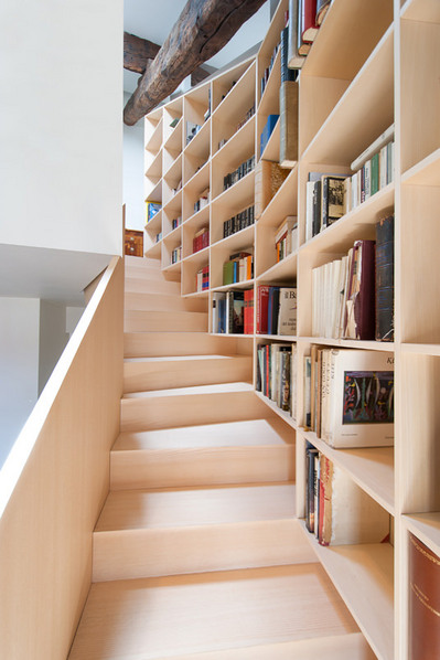 階段脇の作り付け本棚.jpg